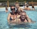 Fürdés a kültéri medencében