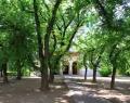 A katolikus templom parkja a főutcán